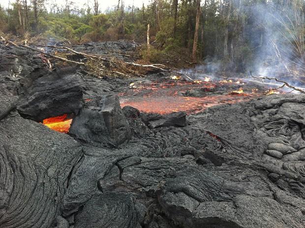 Fumaça provocada pela lava vulcânica é prejudicial à saúde (Foto: U.S. Geological Survey/AP)