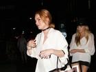 Lindsay Lohan sai para jantar vestindo apenas um blusão