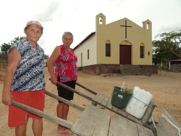 Maria (esquerda) e irmã buscam água em cisterna ao lado de capela de Sã José, em Juá. (Foto: Luna Markman/ G1)