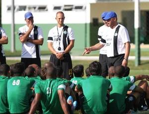 Técnico Celso Roth e grupo do Coritiba (Foto: Site oficial do Coritiba/Divulgação)