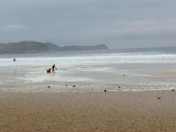 Ressaca na Praia do Forte, em Cabo Frio (Foto: Flavio Flarys / G1)