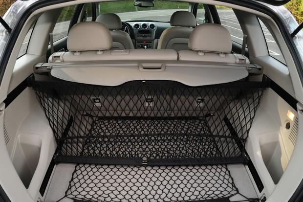 A GM divulgava 821 litros para o porta-malas, mas ultrapassava a linha dos vidros (Foto: Autoesporte)