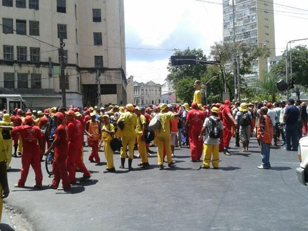 Funcionários caminham para a Prefeitura do Recife (Foto: Débora Soares /  G1)