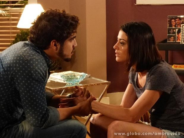 Michel fica bravo por Silvia não ter contado antes (Foto: Amor à Vida/TV Globo)