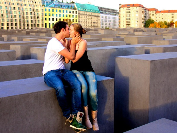 Sair fotografando beijos na rua, ao sabor das intempéries, é mais difícil do que parece, conta Lehmann. Aqui, um casal em Berlim (Foto: Ignacio Lehmann/BBC)