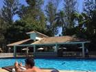 Thammy Miranda posta foto sem camisa em dia de piscina