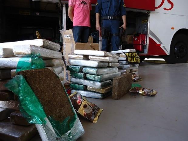 Rapaz é preso com 52 kg de maconha em caixas com café (Foto: Divulgação/PM)