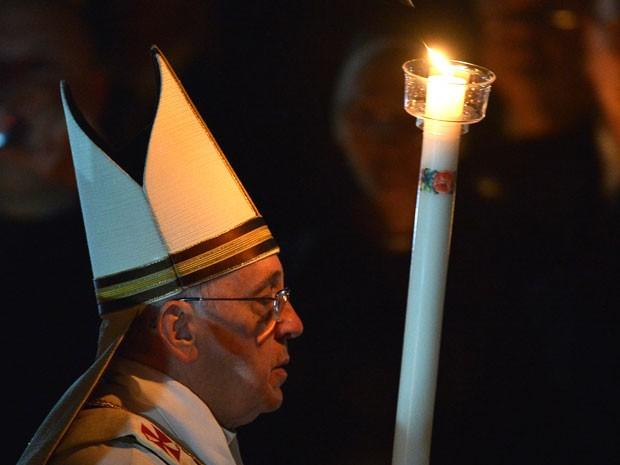Papa Francisco segura vela durante a Vigília Pascal, na Basílica de São Pedro (Foto: Filippo Monteforte/AFP)