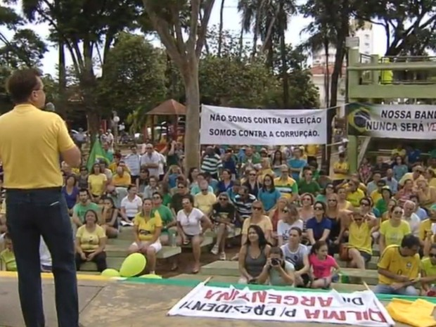 Protesto foi realizado em uma praça em Araçatuba (Foto: Pollyana Moda/TV TEM)
