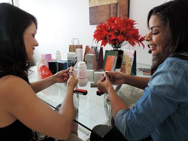 Ogimary (esquerda) confessa que cortou muitos gastos, mas mantém cuidados com a beleza para se sentir bem. Quem lucra é Luciana (direita), que ganha R$ 2 mil por mês vendendo Natura (Foto: Marina Barbosa / G1)