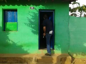 Mandodos de busca e apreensão foram cumpridos em várias casas. (Foto: Michelly Oda/ G1)