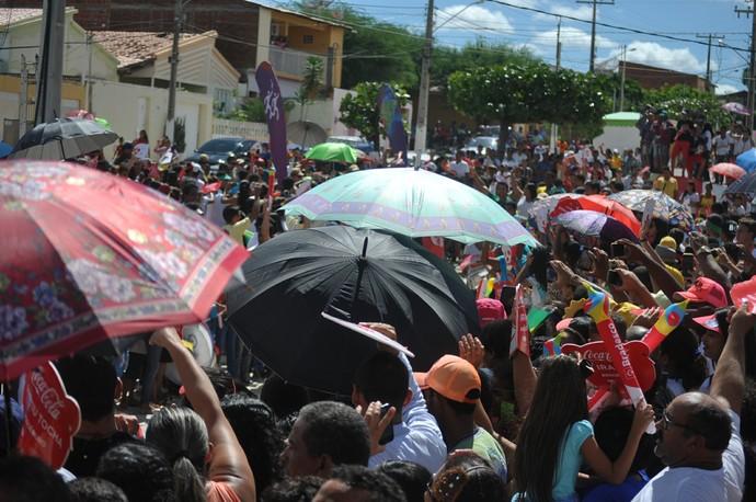 As sombrinhas deram um charme especial ao revezamento da Tocha em Cabrobó (Foto: Emerson Rocha)
