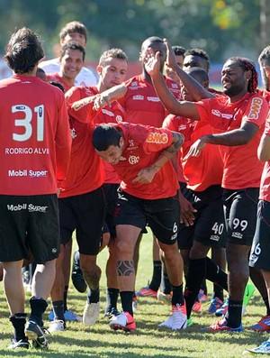 Ramon chega no Flamengo e passa por corredor polonês (Foto: Alexandre Vidal / Fla Imagem)