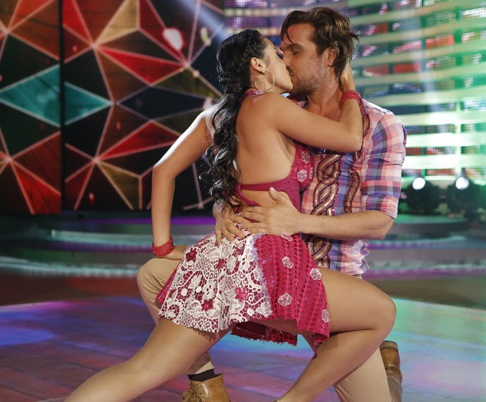 Igor Rickli termina apresentação com beijo em professora (Foto: Fábio Rocha/Gshow)