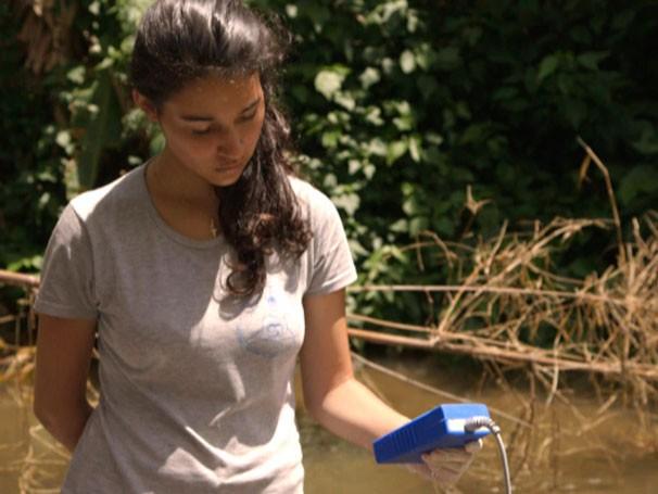 Expedição Terra - Pesquisadores e alunos avaliam a qualidade das águas na região de Lumiar (RJ) (Foto: Reprodução)