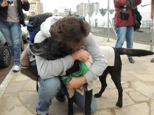 Reencontro cão perdido uruguaio ingleses porto alegre beira-rio (Foto: Paula Menezes/G1)