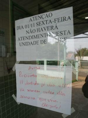 Um cartaz foi colocado para informar a ausência aos pacientes (Foto: Márcio Pimentel/Divulgação/JornaldoOeste)