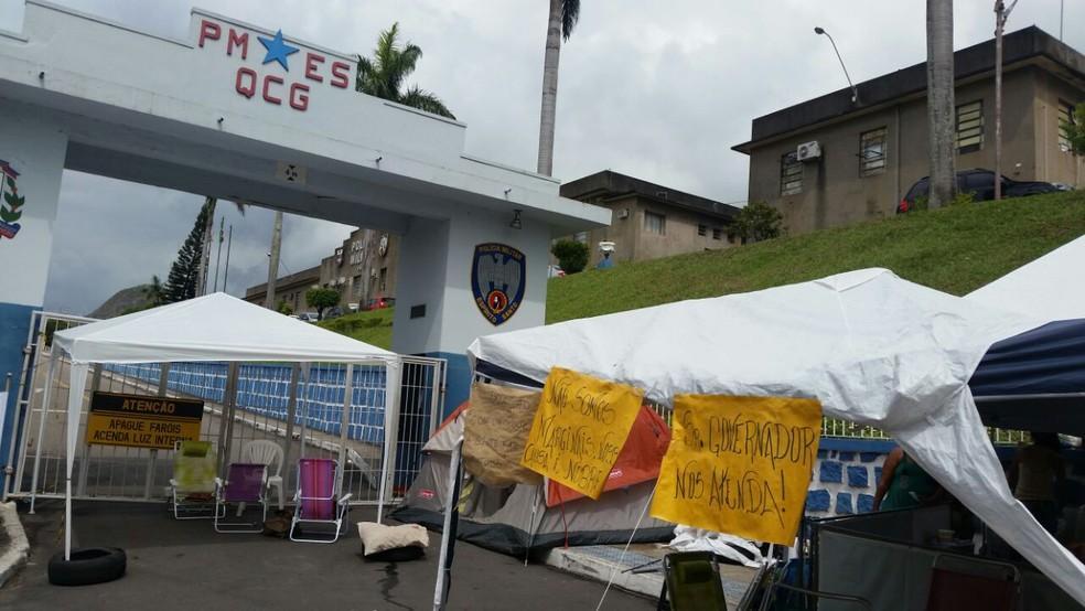Quartel de Maruípe em Vitória, durante protesto de familiares de PMs no Espírito Santo, no dia 15 de fevereiro (Foto: Viviane Machado/ G1 )