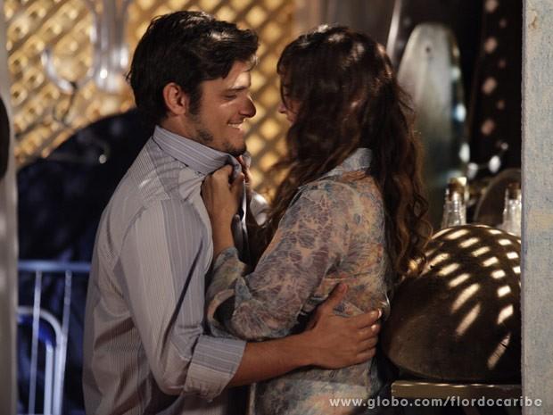 Juliano leva Natalia para um lugar mais reservado (Foto: Flor do Caribe/ TV Globo)