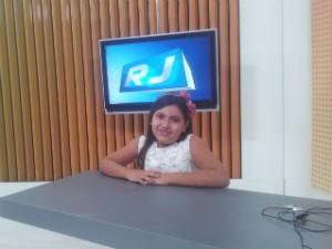 Ana Clara adorou o estúdio onde é gravado o telejornal (Foto: Laís Vargas/G1)