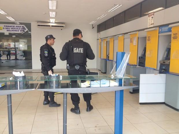 Esquadrão antibombas do Gate verifica se ainda há explosivos no local (Foto: Ísis Capistrano/G1)