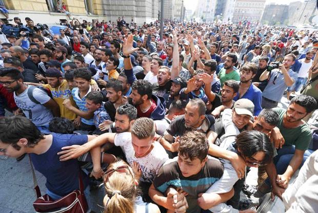 Imigrantes protestam do lado de fora de estação ferroviária em Budapeste nesta quarta-feira (2) (Foto: Laszlo Balogh/Reuters)