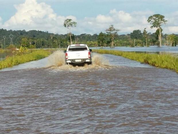 Caminhonete passa com dificuldade pela BR-364 (Foto: Hugo Murata/Arquivo pessoal)