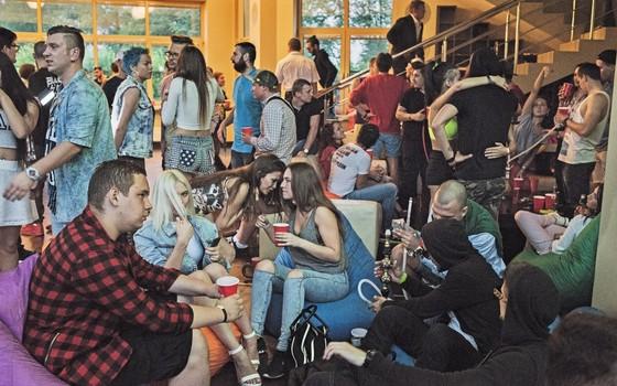 Festa numa mansão próxima a Moscou. Entre os jovens russos de 18 a 24 anos, o apoio a Putin chega a 88%, segundo pesquisas (Foto: Yuri Kozyrev / NOOR)