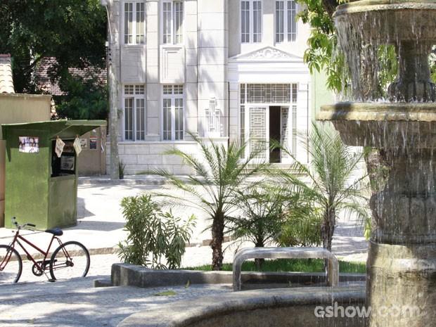Detalhe da pracinha em frente às casas da família fernandes (Foto: Ellen Soares/TV Globo)
