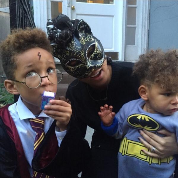 A cantora Alicia Keys com os filhos no Halloween (Foto: Instagram)