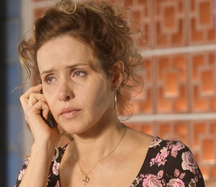 Gilda não quer separar a família, mas se distancia da filha (Foto: TV Globo)