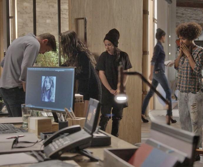 Cassandra insiste em servir café para Arthur, mas tropeça e dá vexame (Foto: TV Globo)