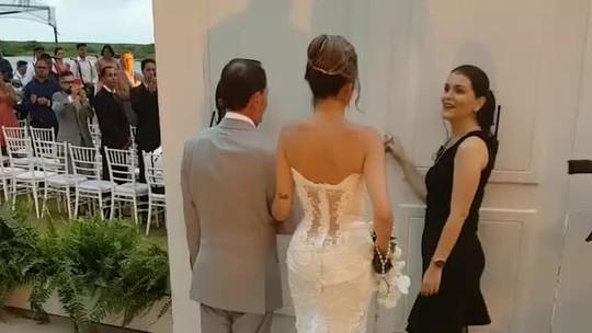 Pôr do sol, flores e jogadores do Liverpool: Roberto Firmino se casa em Maceió