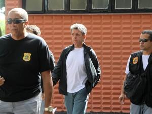 Condenado no processo do mensalão por corrupção ativa e lavagem de dinheiro, Rogério Tolentino, ex-advogado de Marcos Valério, deixa o IML na região oeste de Belo Horizonte. (Foto: Alex de Jesus/O Tempo/Estadão Conteúdo)