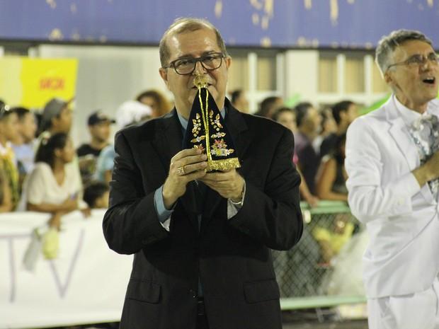 Dom Sérgio Castriani entrou no Sambódromo com imagem de Nossa Senhora Aparecida (Foto: Suelen Gonçalves/ G1 AM)