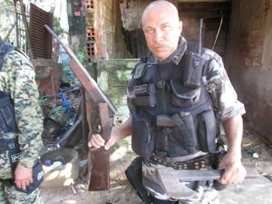 Policiais encontraram uma arma calibre 12 e um machado (Foto: Ellyo Teixeira/G1)