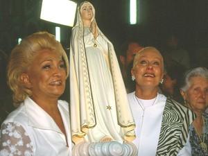 Ao lado de Hebe Camargo, Ana Maria Braga carrega uma imagem de Nossa Senhora e agradece a cura de seu câncer (Foto: Arquivo pessoal)