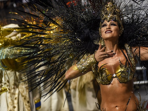 Lívia Andrade apostou nas lentes vermelhas para desfilar nesta madrugada (Foto: Flavio Moraes/G1)