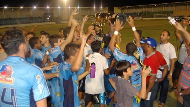 Jogadores do CSP com a taça de campeão da Copa Paraíba (Foto: Lucas Barros)