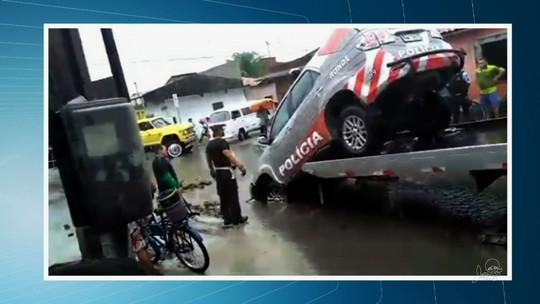 Carro da Polícia Militar cai em buraco durante fortes chuvas no Ceará