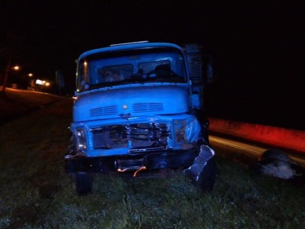 Apesar da batida, caminhoneiro não se feriu (Foto: Divulgação/Polícia Rodoviária Estadual)