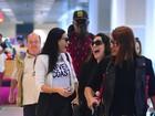 Sorridentes, Ana Carolina e Leticia Lima embarcam em aeroporto no Rio