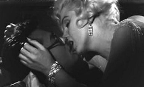 """Se você acha que Tony Curtis (1925-2010) e Marilyn Monroe (1926-1962) tiveram uma química perfeita na comédia 'Quanto Mais Quente Melhor' (1959), veja o que ele disse depois sobre as cenas de mais """"intimidade"""" com a personagem dela: """"Foi como beijar Hitler"""". Apesar da piada pesada, o ator, muitos anos depois, confessou que teve um caso com Marilyn na época em que gravaram o filme. (Foto: Reprodução)"""