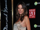 Alessandra Ambrósio dispensa sutiã para ir a festa em Nova York