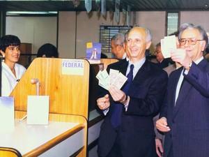 Em julho de 1994, Itamar Franco, à direita, mostra cédulas do real ao lado de Rubens Ricupero, que substituiu FHC como ministro da Fazenda. Com o apoio de Itamar, Fernando Henrique Cardoso usou o Plano Real para se eleger presidente no mesmo ano. (Foto: Ed Ferreira/Arquivo/AE)