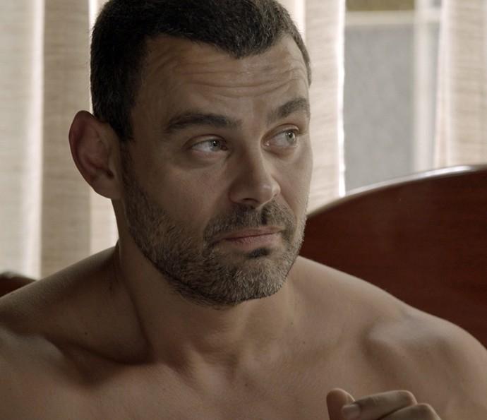 César conversa com Domingas na cama (Foto: TV Globo)