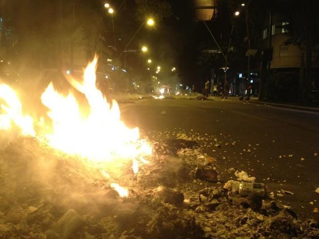 Uma espécie de barricada foi montada nas ruas do Leblon em protestos nesta quarta-feira (17). (Foto: Gabriel Barreira /G1)