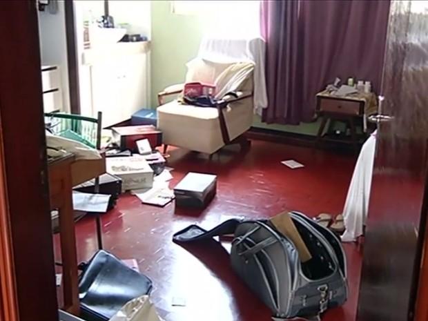 Criminosos roubam casa paroquial e fazem padre e fiéis reféns, em Jataí, Goiás (Foto: Reprodução/TV Anhanguera)