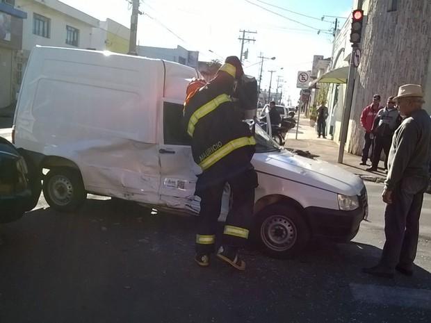 Acidente foi no cruzamento da Francisco Válio e Domingos José Vieira (Foto: Reprodução/ TV TEM)