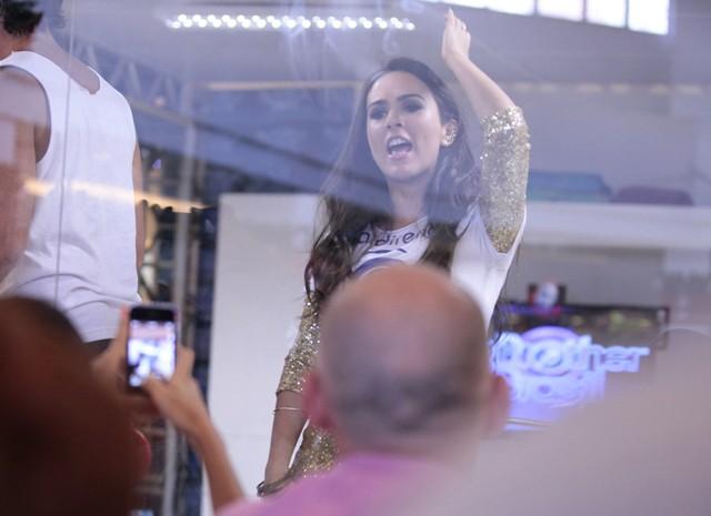 Valdirene reclama com a produção (Foto: Pedro Curi/TV Globo)